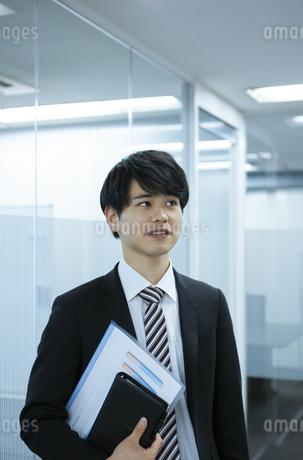 見上げるビジネスマンの写真素材 [FYI03398345]