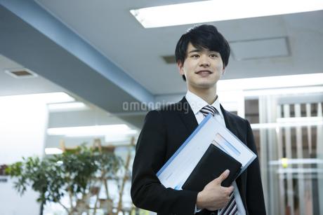 笑顔のビジネスマンの写真素材 [FYI03398347]