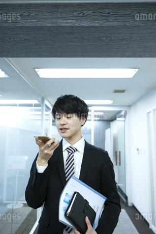 スマートフォンを持つビジネスマンの写真素材 [FYI03398359]