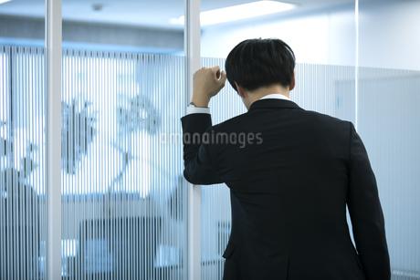 落ち込むビジネスマンの後姿の写真素材 [FYI03398369]