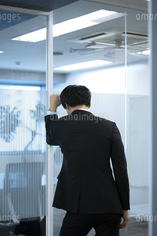 落ち込むビジネスマンの後姿の写真素材 [FYI03398370]
