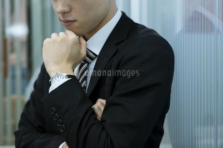 考え事をするビジネスマンの写真素材 [FYI03398373]
