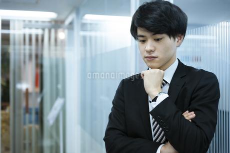 考え事をするビジネスマンの写真素材 [FYI03398375]