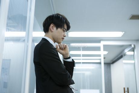 考え事をするビジネスマンの写真素材 [FYI03398376]