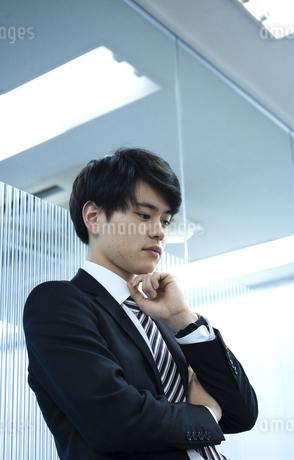 考え事をするビジネスマンの写真素材 [FYI03398377]