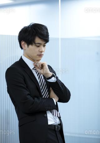 考え事をするビジネスマンの写真素材 [FYI03398378]