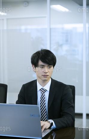 ノートパソコンを操作するビジネスマンの写真素材 [FYI03398379]