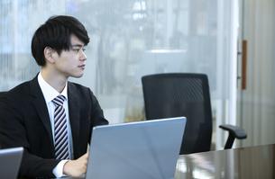 ノートパソコンを操作するビジネスマンの写真素材 [FYI03398380]