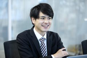 笑顔のビジネスマンの写真素材 [FYI03398381]