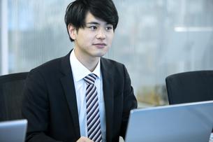 ノートパソコンを操作するビジネスマンの写真素材 [FYI03398382]