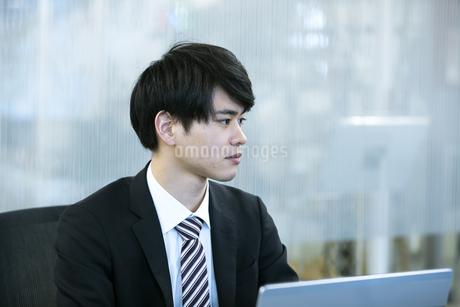 打ち合わせをするビジネスマンの写真素材 [FYI03398383]
