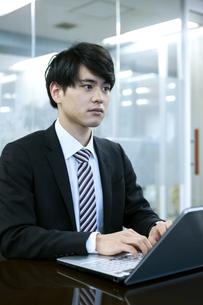 ノートパソコンを操作するビジネスマンの写真素材 [FYI03398385]