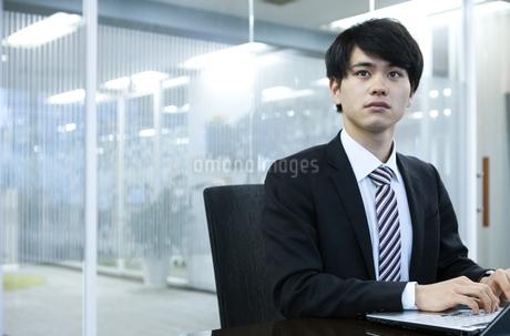 打ち合わせをするビジネスマンの写真素材 [FYI03398386]