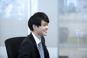 笑顔のビジネスマンの写真素材 [FYI03398388]