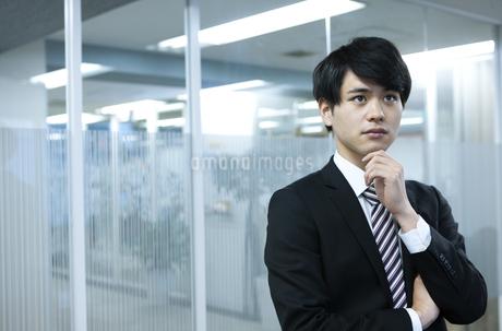 考えるビジネスマンの写真素材 [FYI03398391]