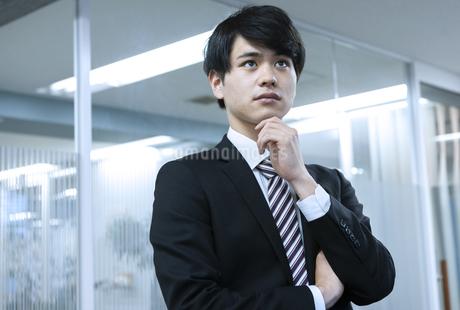 考えるビジネスマンの写真素材 [FYI03398392]