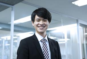 笑顔のビジネスマンの写真素材 [FYI03398394]