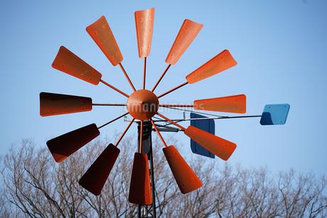 赤い羽根の風車の写真素材 [FYI03398510]