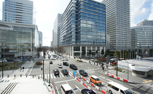 横浜のビルと道路の写真素材 [FYI03398512]