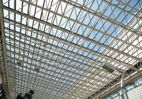 建物のガラス屋根の写真素材 [FYI03398516]