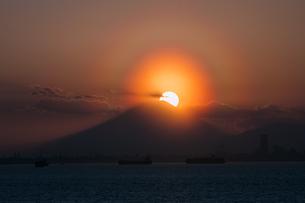 海ほたるパーキングエリアから見る富士山と夕日の写真素材 [FYI03398536]