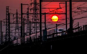 新幹線と夕日の写真素材 [FYI03398538]