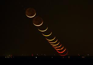 御前崎に沈む月 日本 静岡県 松崎町 雲見崎の写真素材 [FYI03398544]