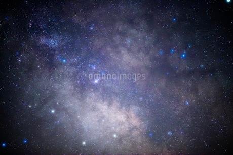 精進湖から見た星空の写真素材 [FYI03398578]
