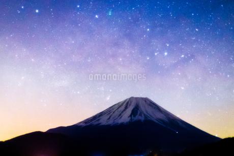本栖湖から見た富士山と天の川 日本 山梨県 身延町の写真素材 [FYI03398580]