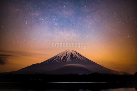 精進湖から見た富士山と星空の写真素材 [FYI03398581]