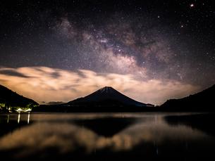 精進湖から見た富士山と星空の写真素材 [FYI03398582]