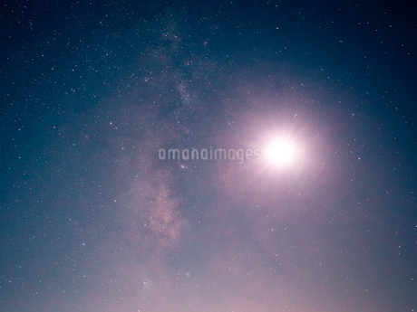 富士山新五合目から見た星空 日本 静岡県 富士宮市の写真素材 [FYI03398584]