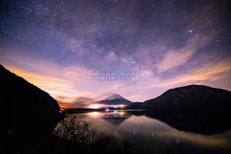 本栖湖の夜明け 日本 山梨県 富士河口湖町の写真素材 [FYI03398586]