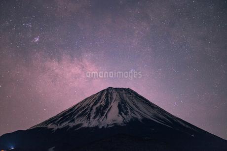 精進湖から見た富士山と星空の写真素材 [FYI03398587]