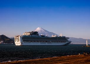 旅客船と富士山 清水市三保 日本 静岡県 静岡市の写真素材 [FYI03398589]