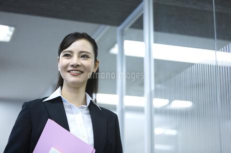 笑顔のビジネスウーマンの写真素材 [FYI03398609]