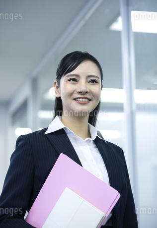 笑顔のビジネスウーマンの写真素材 [FYI03398610]