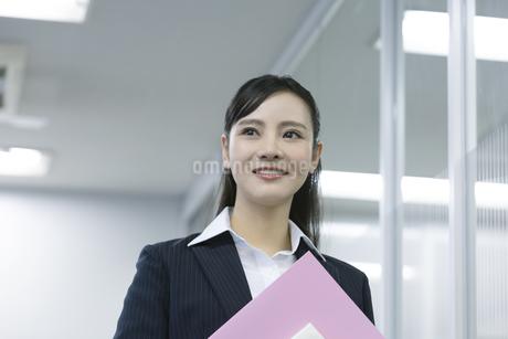 笑顔のビジネスウーマンの写真素材 [FYI03398612]