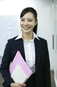 笑顔のビジネスウーマンの写真素材 [FYI03398613]
