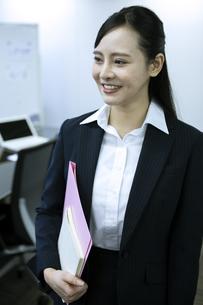 笑顔のビジネスウーマンの写真素材 [FYI03398614]
