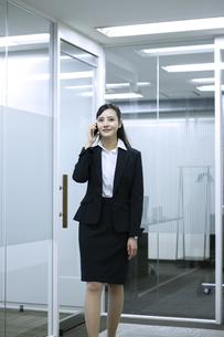 電話をするビジネスウーマンの写真素材 [FYI03398615]