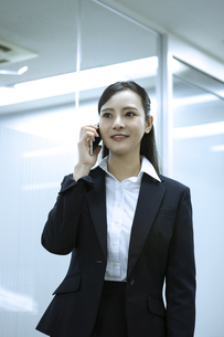 電話をするビジネスウーマンの写真素材 [FYI03398616]