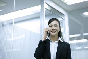電話をするビジネスウーマンの写真素材 [FYI03398617]