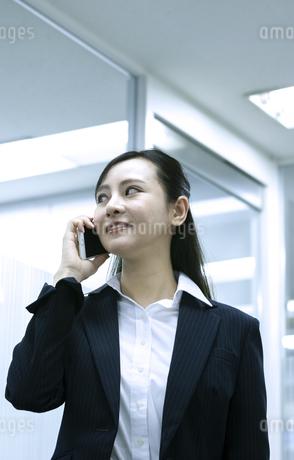 電話をするビジネスウーマンの写真素材 [FYI03398618]