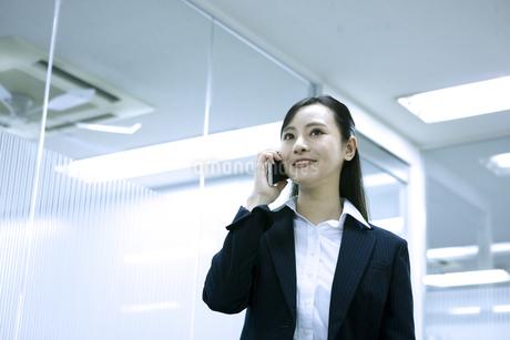 電話をするビジネスウーマンの写真素材 [FYI03398619]