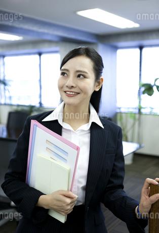 笑顔のビジネスウーマンの写真素材 [FYI03398620]