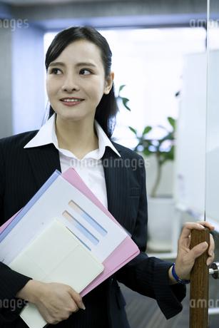 資料を持つビジネスウーマンの写真素材 [FYI03398621]