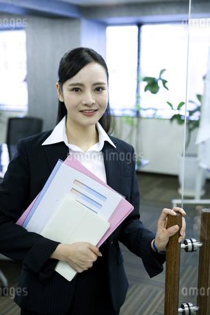 資料を持つビジネスウーマンの写真素材 [FYI03398622]