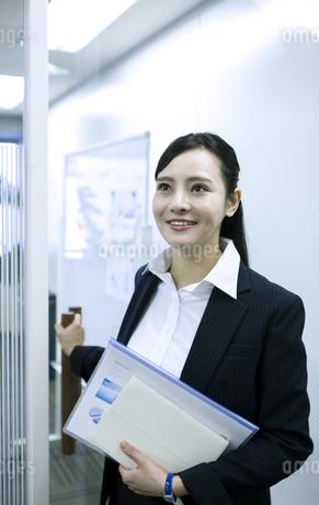 資料を持つビジネスウーマンの写真素材 [FYI03398623]