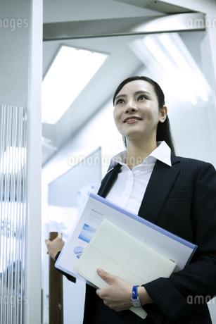 資料を持つビジネスウーマンの写真素材 [FYI03398624]